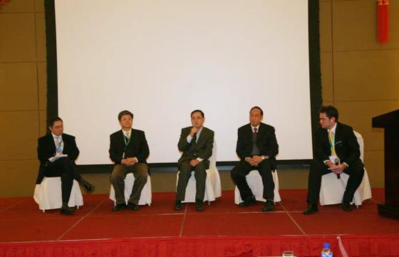图为爱康国宾集团副总裁、上海区域总经理惠云明先生正在发表辩论